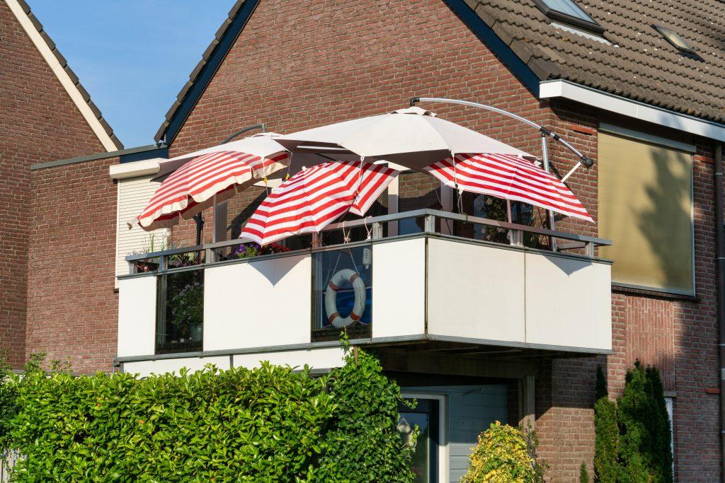 Foto van een balkon met parasols. Foto is gemaakt door sjon.nl