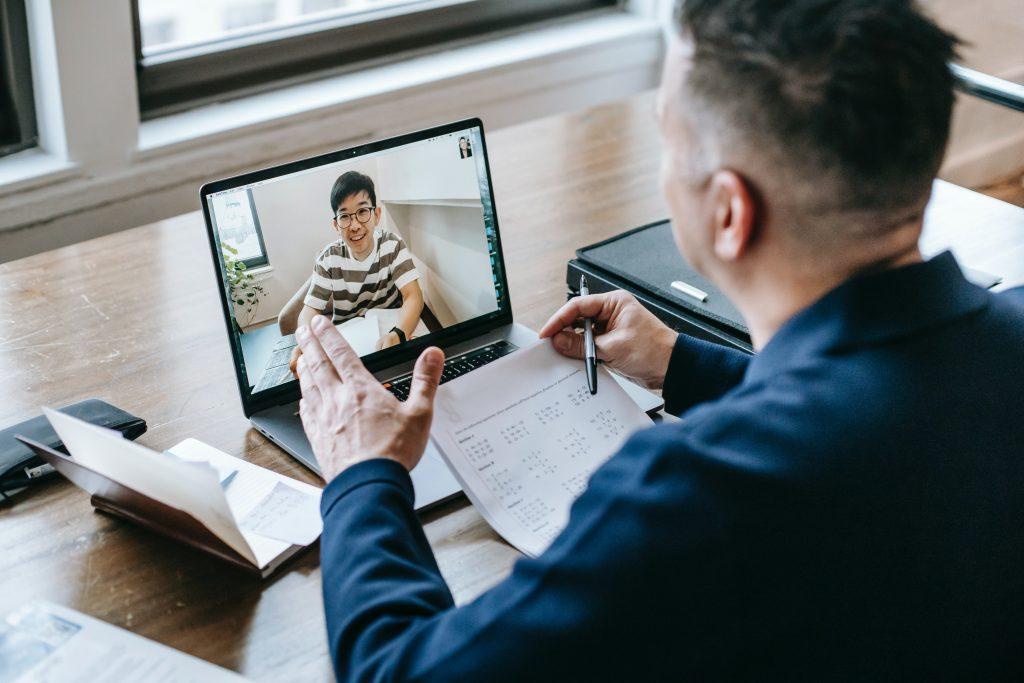 afbeelding leraar die online les geeft aan leerling